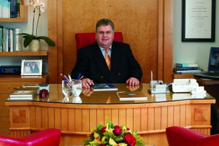 "O Dr. med. Bασίλης Παυλιδέλης διευθύνει από το 1990 το ιδιόκτητο Κέντρο Ρινοπλαστικής, Ωτοπλαστικής και Πλαστικής Χειρουργικής Προσώπου ""ΑΦΡΟΔΙΤΗ""."