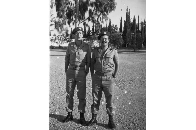 Ο ιατρός Βασίλης Παυλιδέλης (δεξιά), στρατιώτης στο Κέντρο Εκπαιδεύσεως Κορίνθου με τον συνάδελφο κ. Χαράλαμπο Σακαλίδη.