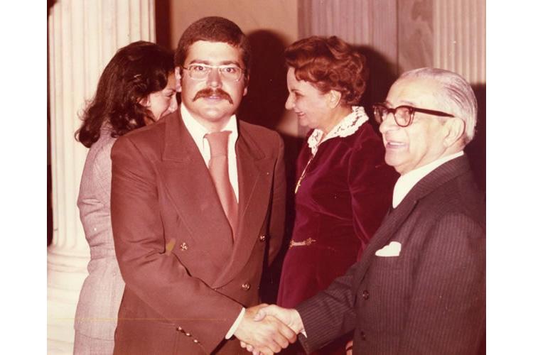 Ο Πρόεδρος της Ελληνικής Δημοκρατίας κ. Κωνσταντίνος Τσάτσος συγχαίρει τον ιατρό Βασίλη Παυλιδέλη κατά τη δεξίωση που παρέθεσε προς τιμήν όλων των αριστευσάντων αποφοίτων των Ελληνικών Πανεπιστημίων. Προεδρικό Μέγαρο Αθηνών, 1975