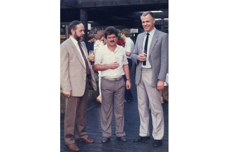 O Dr. med. B. Παυλιδέλης με τους Καθηγητές ΩΡΛ του Πανεπιστημίου Bochum Δυτ. Γερμανίας, Prof. Dr. med. H. Hildmann, (δεξιά) και Prof. Dr. med. P. Plath (αριστερά) στους οποίους εκπόνησε τη διδακτορική διατριβή του, κατά τη δεξίωση απονομής.
