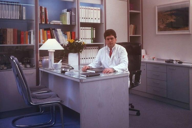 O Dr. med. B. Παυλιδέλης στο ιατρείο του - One Day Clinic, ΩΡΛ και Πλαστικής Χειρουργικής Προσώπου στο Duisburg Δυτ. Γερμανίας.